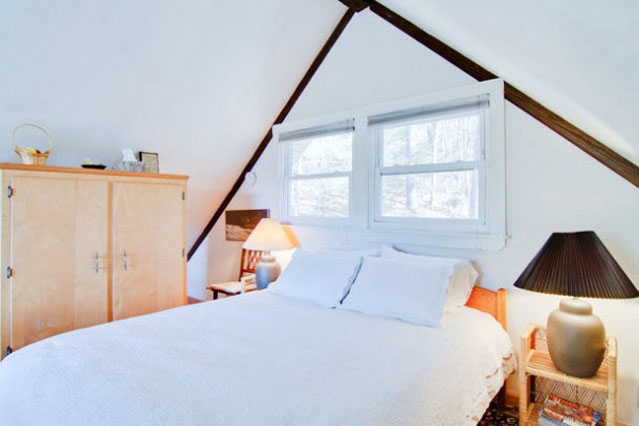 Loft bedroom with firm queen bed. Fresh clean linens provided.